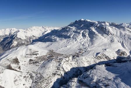 Alpe d'Huez on täysin eteläsuuntaisesti alueen runsaassa auringonpaisteessa 1860 metrin korkeudessa kylpevä hiihtokylä. Kylän taustalla 3330 metriin nouseva huippu on Pic Blanc.