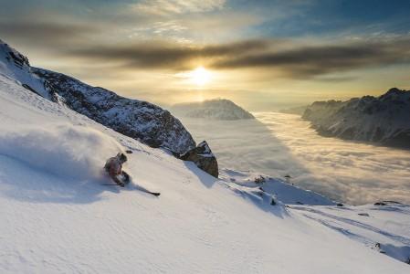 Alpe d'Huezin keskimäärin 300 vuosittaiseen aurinkopäivään mahtuu upeita auringonlaskuja. Parhaita paikkoja nauttia niistä on off-pisteillä.