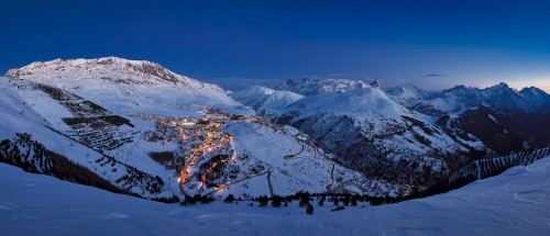 Kun Alpe d'Huezin hissit pysähtyvät ja laskukansa käy viettämään after skitä kukin tyylillään, lähtee hiihtokeskuksen 21 rinnekonetta töihin.