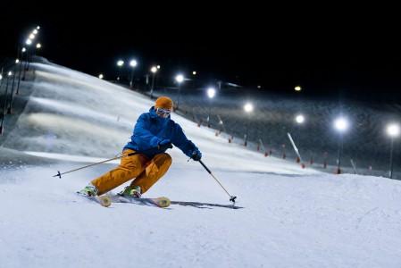Alpeilla iltamäki on harvinaisempi mahdollisuus kuin Suomessa. Alpe d'Huezissa tämä mahdollisuus on tarjolla yhdessä rinteessä.