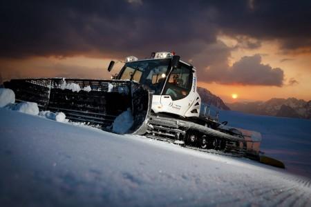 Lumikissat liikkuvat etenkin öisin. Alpe d'Huezin 135 rinteen 250 kilometrin kunnostuksessa on melkoinen urakka.