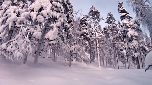 Antte Lauhamaan kypäräkameran taltioimaa kaamoslaskua Ylläksellä joulun 2014 alla.