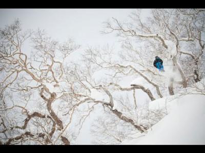 Ammattilaskijaryhmä irroittautuu itselleen tutummista laskumaastoista ja suuntaa puuterintäytteiselle Hokkaidon saarelle Japanissa.
