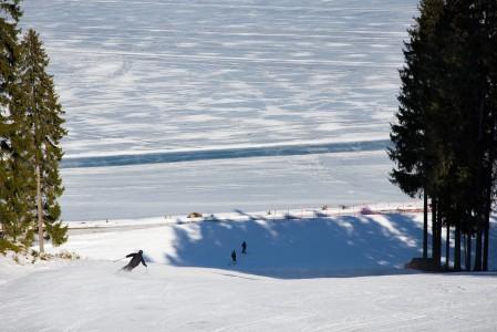 Ruokolahden Freeskin rinteet päättyvät aivan järven rantaan.