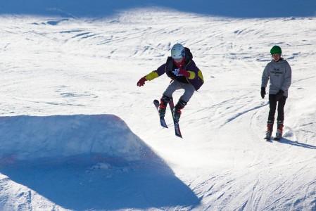 Ruokolahden Freeski tarjoaa hiihtokeskuksen muuhun kokoon nähden mukavasti pompittavaa ja temppuiltavaa kahdessa eri parkissa.