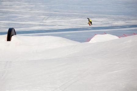 Ruokolahden Freeskin parkeissa hypyt suuntautuvat järveä kohti.