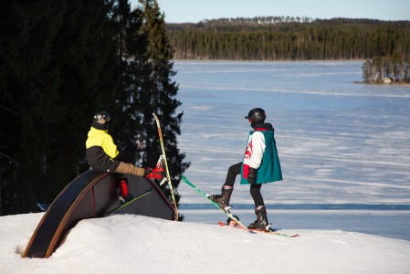 Pojat ovat parkkeeranneet tauolle Ruokolahden Freeskin parkissa.