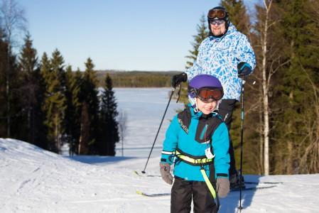 Ruokolahden Freeski on kuin Koli pienemmässä mittakaavassa. Kumpuilevat rinteet laskevat molemmissa keskuksissa aivan järven rantaan ja tunnelmassakin on yhteneväisyyttä.