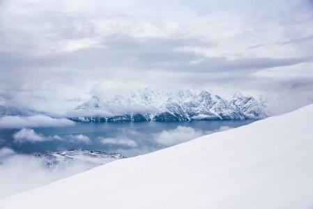 Lyngenin Storhaugen-vuorelle lihasvoimin nousu on silkkaa nautintoa jo maisemien vuoksi.