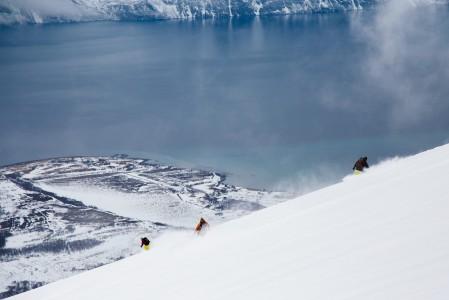 Storhaugen on ensimmäisiin Lyngenin nousukarvahuiputuksiin sopivia helpompia kohteita. Merimaisemat kehystävät yli kilometrin korkeuseron laskua.