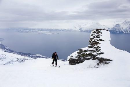 Storhaugenin huippu Lyngenissä on mukava saavuttaa noin 1150 metrin hikisen nousun jälkeen. Alamäkeen saa useimmiten piirtää omaa jälkeä.