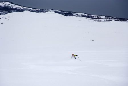 Storhaugen-lasku Pohjois-Norjassa viettää tasaisen 25 - 30 asteisesti kohti Lyngen-vuonoa. Rannalla ehtii puhaltamaan ennen kippistämistä huiputuksen kunniaksi.