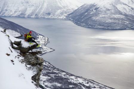Lyngenin sympaattinen luonto-opas Henrik Solberg on kotoisin taustallaan näkyvästä Manndalenin laaksosta.