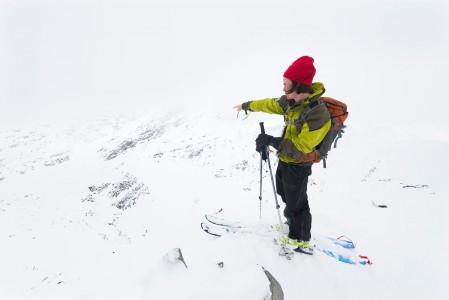 Giilavarrin 1163 -metriselle huipulle pääsy vaatii lähes yhtä suuren metrimäärän kapuamista Lyngen-vuonon rannalta. Täältä lähtee alas 2 yhtä houkuttelevaa laskureittiä.