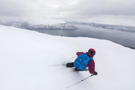 Lyngenin Giilavarrin nousureittiä mukaileva laskusuunta tarjoaa merimaisemaa koskemattoman lumen kyytipojaksi.