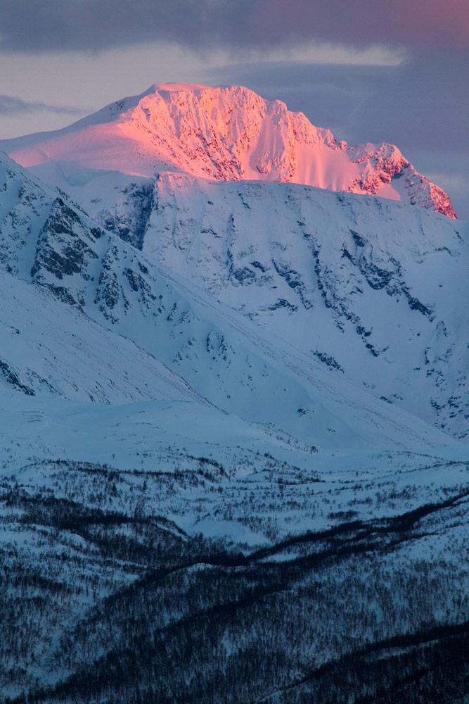 Lyngenin alpit Pohjois-Norjassa on varmasti yksi maailman visuaalisesti vaikuttavimpia laskumaastoja.
