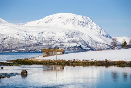 Lyngenin niemimaan vuoriston huiput ovat tyypillisesti melko jyrkkiä ja teräväpiirteisiä. Vuorten väleissä on runsaasti laaksoja ja useampia pieniä järviä. Vuorten yläosissa on myös jonkin verran jäätiköitä.