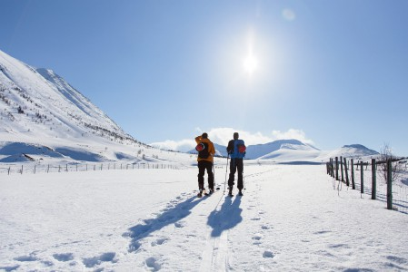 Russelvfjellet on Lyngenin suosituista hiihtovaellushuipuista matalimpia. Ehtii tässä noin 800 korkeuserometrin skinnausurakassa silti hiki tulemaan.