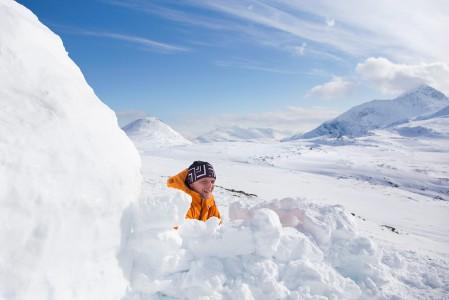 Russelvfjelletin rinteeltä löytyi yöpymiskelpoinen lumimaja, jota oli jäljistä päätellen käytetty useamman vuorokauden ajan. Tätä majoitusmuotoa olisi mielenkiintoista kokeilla.
