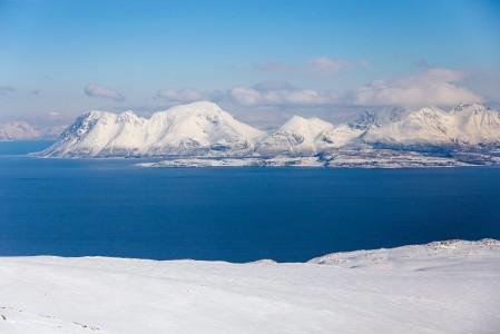Lyngenin Kågen-saari ja sen 1228-metrinen Store Kågtinden -huippu Russelvfjelletin puolelta katsottuna.