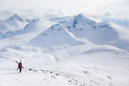 Russelvfjelletin eteläpuolella on lisää houkuttelevaa laskumaastoa, mm. kuvassa yläoikealle sijoittuva Storgalten (1219 m).