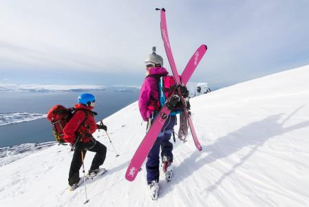 Lyngenin vuorilla tapaa varsin todennäköisesti muitakin suomalaisia. Kuvassa Alppikerhon jäseniä Russelvfjelletin huipulla.