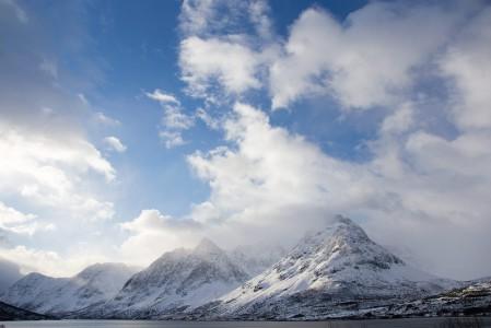 Lyngen eli suomalaisittain Yykeä on nousukarvoilla varustetulle laskijalle kiinnostava kunta Pohjois-Norjassa, Tromssan läänissä. Asukkaita on vain noin 3000, ja hyvien laskulinjojen määrä lienee selkeästi suurempi.