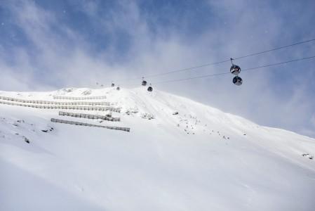 Schattbergin läntiselle huipulle Saalbachissa nostava gondoli ei ole pitkä, mutta sen määränpää on alueen korkeimmalla kohdalla 2096 metrissä.