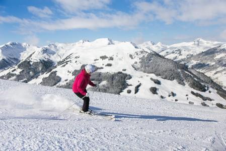 Saalbachin alueella on lukuisia hienoja rinteitä, mutta omia suosikkejamme olivat etenkin suksien alla oleva 6 Schattbergissä sekä taaempana näkyvä Zwölferkogelin hiihtoalue.