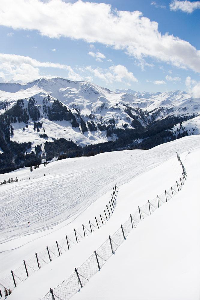 Zwölferkogelin rinteillä kuten muuallakin Alpeilla rinteiden yläpuolella olevat mahdolliset vyörykohdat on yleensä suojattu lumivyöryaidoilla. Rinteitä laskiessa vyöryistä ei tarvitse huolehtia.