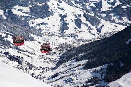 Saalbachin kylästä pääsee laakson perälle Hinterglemmin suuntaan joko hissilippuun kuuluvalla hiihtobussilla tai helpomminkin rinneverkostoa pitkin. Koko laakson ympäri kiertäminen onnistuu suksillakin näppärästi.