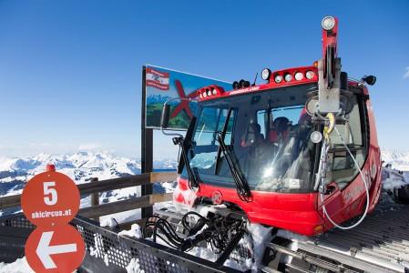 Lumikissa on kiivennyt Saalbachin parhaille maisemapaikoille Schattbergin huipulle.