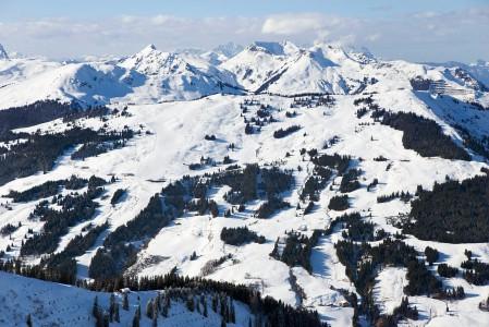 Saalbachin laakson aurinkoisemmalla puolella on mm. kuvan Hasenauer Köpfl ja Reiterkogelin hiihtoalueet. Aurinko sulattaa nopeasti offareiden alaosat tältä puolen etenkin alaosista.
