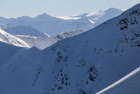 Saalbachista pidemmälle tähystettäessä näkyy taustalla myös hieman jylhempiä osia Salzburger Landin alpeista.