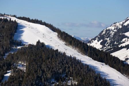 Bergkogelin rinne nousee suoraan Saalbachin kylästä. Mäki on kaltevuudeltaan juuri sopiva aamun ensimmäiseksi verryttelylaskuksi.