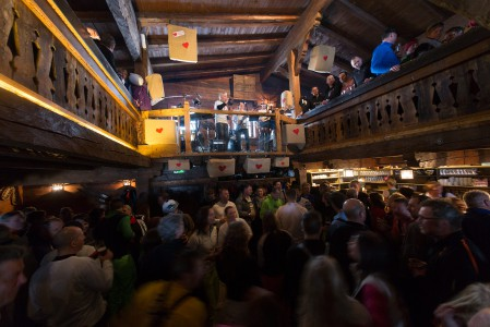 After ski -kulttuurin voisi melkein väittää saaneen alkunsa Saalbachin legendaarista Hinterhag Alm -rinneravintolasta.