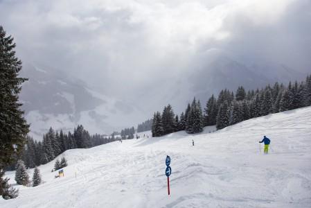 Kesken lumisateen pilvet katoavat Reiterkogelilla yhtäkkiä ja paljastavat tuoreen lumen maailman. Pehmeää lunta on laskettu koko päivä, mutta vasta nyt miljöön näkee myös kauemmas.