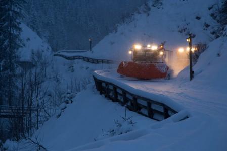 Saalbachin Spielberghaus tarjoaa elämyksen, jossa matkataan lumikissojen kyydillä ylös syömään. Paluu tapahtuu kelkoilla samaa reittiä pitkin.