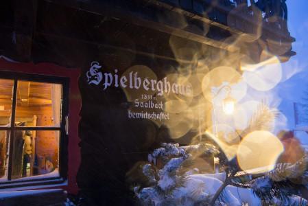 Kelkkaradan, lumikissakyydin tai off-pisteen päässä Saalbachin kylästä sijaitseva Spielberg Haus tarjoaa tunnelmallista majoitusta ja ruokailua riittävän eristyksissä. Talo sijaitsee ylempänä vuorilla, etäällä kylän hulinoista.