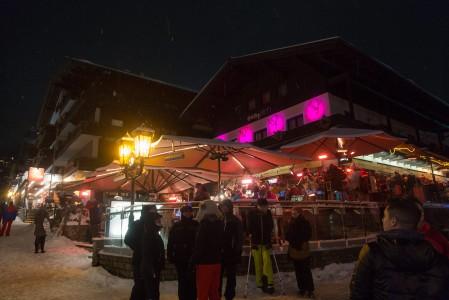 Monet Saalbachin suosituimmista afterski-paikoista sijaitsevat kylä vilkkaalla pääraitilla.