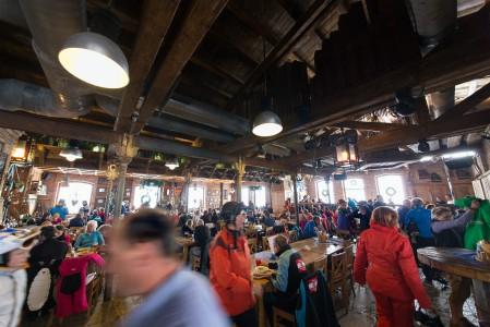 AsitzBräu on jättimäinen ja sisustukseltaan hieno rinneravintola Asitz-hiihtoalueella. Samalla se on majatalo ja Euroopan korkeimmalla sijaitseva panimo.