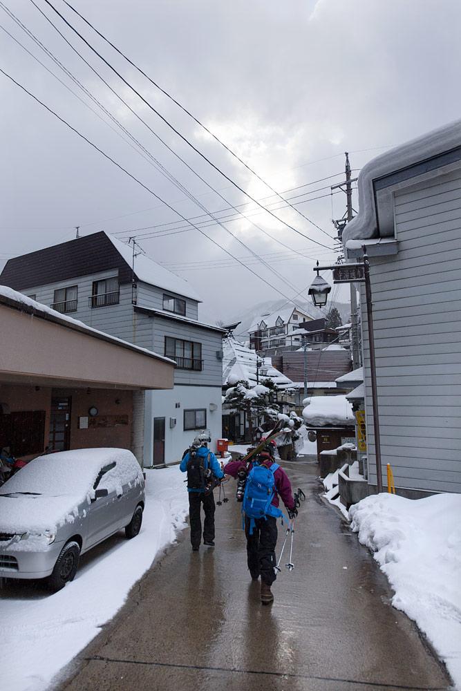 Nozawa Onsenin maaperästä pulppuava kuuma vesi pitää myös kadut sulina, joten aamuinen kävely hisseille käy kätevästi.