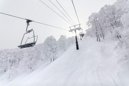 Nozawa Onsenin vuori on nimeltään Mt. Kenashi. Sinne päästäkseen tarvitaan reitistä riippuen vähintään 3 eri hissikyytiä.