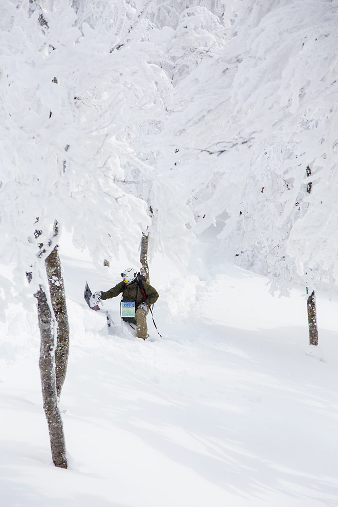 Japanin puuterilumilla matkanteko on usein lähes mahdotonta ilman lumikenkiä tai nousukarvoja laskuvälineen pohjassa.