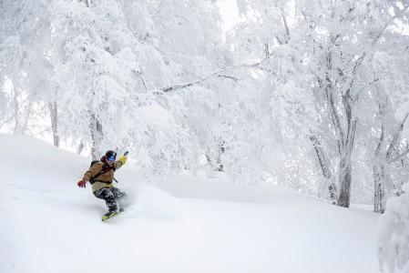 Nozawa Onsenin uskomattoman hieno metsälasku tapahtuu Mt. Kenashin eri harjanteilta pehmeästi alaspäin.
