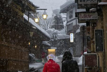 Nozawa Onsenin keskusta on kapeina kujineen kohtuullisen tunnelmallinen jo ilman lumisadettakin. Isot hiutaleet kuorruttavat valmiiksi lumisen kylän sydäntalvella lähes joka yö uudelleen.