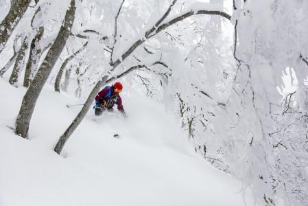 Syvässä lumessa käännökset vääntyvät välillä alppisuksillakin mitä telemarkeimpaan asentoon.
