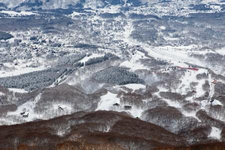 Myokossa parhaat haikkauspaikat sijoittuvat rinnealueen yläpuolelle. Akakuran molemmat rinnealueet erottuvat selkeästi Mt. Maeyaman huipun tuntumasta.