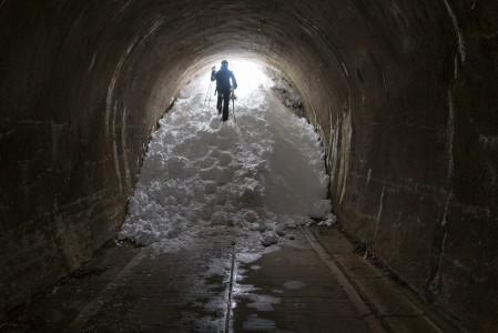 Myokon Tsubame Highland Lodgen ja rinnealueen välissä on harjanteen läpäisevä tunneli. Lumisena talvena sen suuaukosta voi olla vaikea mahtua. Ja puuteriaamuna kannattaa varautua jopa tuntien lapiohommaan jos aukosta aikoo.
