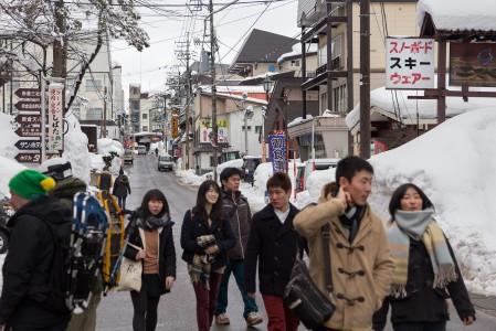 Myokon hiihtokylä on tunnelmaltaan aidon japanilainen. Pieni koko lyhentää kävelymatkoja, mutta pitää tarjonnan hyvin rajallisena.